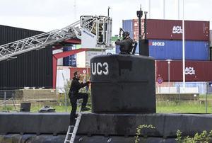 Danska polisens kriminaltekniker i tornet på ubåten Nautilus vid den tekniska undersökningen av ubåten.  (Arkivbild)