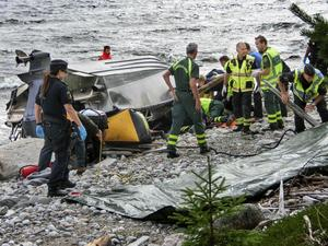 Ett stort räddningspådrag drogs i gång sedan en förbipasserande sett den upp- och nedvända båten strax utanför Hörnskatan. Det visade sig att en man och två kvinnor hade avlidit och att en man var mycket svårt skadad.