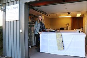 Garaget har nu blivit ateljé och visningsrum. Ett stort arbetsbord täcker större delen av golvet. De största gardinerna för offentliga lokaler kan vara så stora som tio gånger fyra meter, berättar Anneli Höglund.