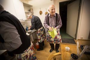 Det är andra matlagningskursen för Helge.    – Det är väl en evighetskurs det här, säger han och skrattar högt.
