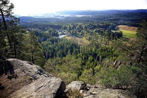 Bispbergs klack i Säter är ett praktexempel på ett sydväxtberg, ett berg som genom att det vetter mot söder bibehåller värme länge och därför kan hysa en flora som annars skulle kräva ett sydligare klimat. Från toppen, med en höjd på 315 meter över havet, har man en trevlig utsikt över slättlandskapet.