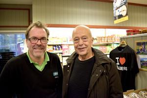 Butiksägare Magnus Snell i Tällberg tillsammans med butikskämpen Göran Green.