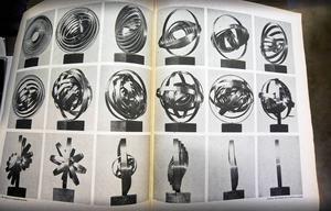 En sida ur en gammal utställningskatalog visar rörligheten i ett av Arne Jones konstverk.
