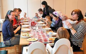 Långbord. Vid två tillfällen hålls en matlagningskurs för familjer med småbarn i församlingshemmet i Kopparberg. När maten är klar äter alla gemensamt.