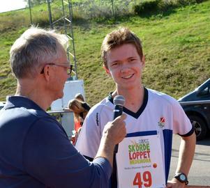 Segrare i pojkklassen på 2,1 kilometer var Felix Nykvist från Avesta. Här intervjudad av Kjell Lidholm.