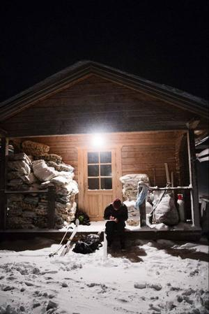 Martin Persson räknande åkarnas varv vid Platåkåtan i Tott.Foto: Emma Rodling