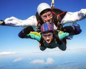 För en vinst på tio miljoner kronor kan du göra 5264 fallskärmshopp.