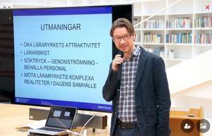 Mats Tegmark, utvecklingsledare,  konstaterar att studenter hoppar av lärarstudier eller slutar efter examen. Den nya utbildningen, kombinerad med lärarjobb,  ska ge en stabilare grund.