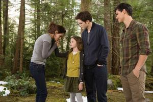 """Bella (Kristen Steward) och Edward (Robert Pattinson). De har äntligen fått varandra men problemen tornar upp sig när Volturi hotar att förgöra deras familj i """"Breaking Dawn: Del 2""""."""