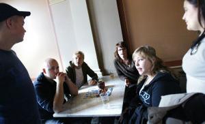 Tre tjejer och tre killar från Hedbergska har bildat Event Support UF. Från vänster: Andreas Eriksson, Per Koppanen, Johan Segerebrand, Elin Strid, Sara Kitti Edin och Veronica Hedin.