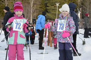 Bonussyskonen Bianca Lansink, 6 år, och Isabella Lundqvist, 6 år, åkte tre respektive två varv i vasaloppet.