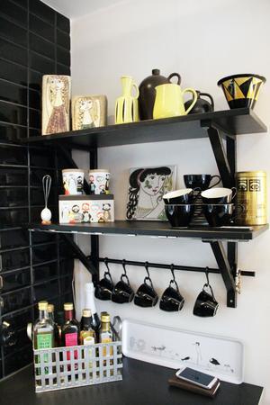 På kökshyllan har Eva en keramiksamling, bland annat lite Upsala-Ekebykeramik av Britt-Mari Simmulson