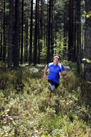 Mattias Svahn i obanad terräng inte långt från hemmet i Mora.