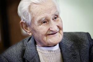 93-årige Birger Portström hade en smedja på Öster, men blev bortkörd när stadsdelen skulle saneras från sin gamla träbebyggelse. Nu har han flyttat tillbaka och hans bidrag i boken om Öster handlar om varför det gamla Öster revs.