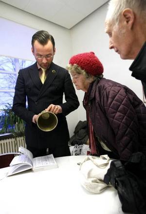 Gravyren som berättar att silverpjäsen är en friherrinnedopgåva från 1758 höjer värdet berättar Markus Anderzon för Maj-Lis och Evert Nordin.