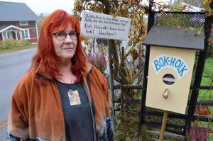 Bokholk. Måna N Berger, Ateljé Mjölkboa i Mullhyttan med holken där man kan ta och lämna böcker.