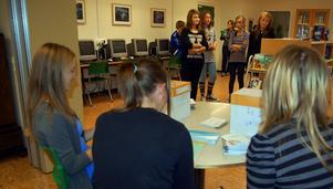 Maja Karlsson, Natalie Berg och Kristine Jonsson var rösträknare på Rättviksskolan.