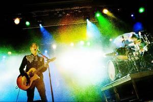 Med bara gitarr och trummor lyckas duon Johnossi skapa explosiv rock. Ljudbilden är enkel, ihålig och intensiv.