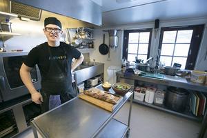 Kocken  Simon Persson, från Västerås i köket på Helags fjällstation.