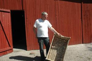 """SLITER. Per-Erik """"Peken"""" Karlsson förbereder inför måndagens auktion. En av många aktiviteter under Hållnäsveckan."""