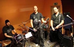 Simon Berglund, Putte Einars och Jesper Berglund i Sirens of pain söker desperat efter en sångare.