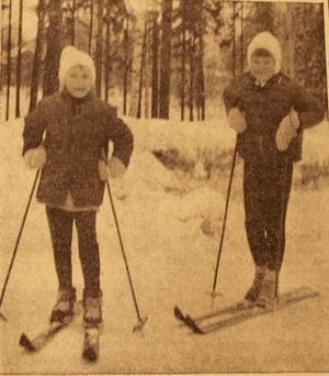 1966. Birgitta Lampinen och Monica Persson i andra respektive tredje klass åkte skidor på lovet 1966.