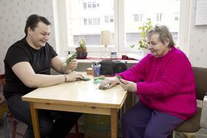 Kortspel. Barnbarnet Johan kommer ofta på besök hos Birgit Norström. Då blir det några omgångar poker. Vem som brukar vinna är de dock inte helt överens om.