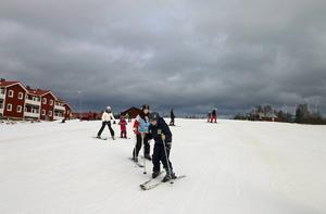 Studenter från högskolan i Gävle instruerade eleverna i hur man åker skidor.