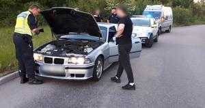 Poliskontroll av en personbil på Bäckby,