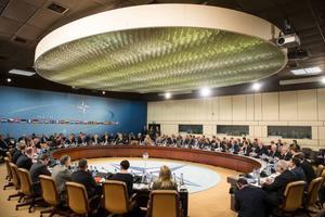 Natoländernas försvarsministrar diskuterar läget i Ukraina under ett möte i högkvarteret i Bryssel.