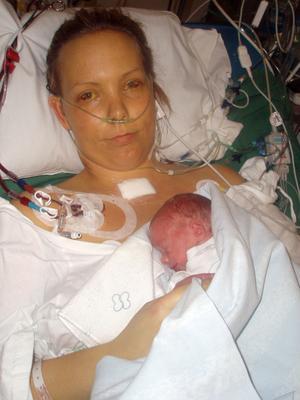 Helena har fått Isa till sig, här är hon fortfarande mycket tagen efter den stora operationen.