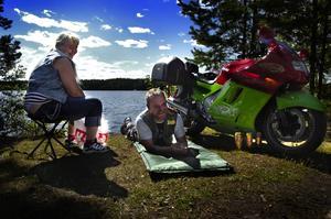 Motorsemester. Cecilia och Roland Fredin slappar på Roxnäs udde. De är två av 350 deltagare på Kopparträffen. Foto:Paulina Håkansson