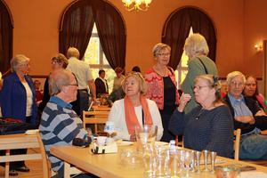 Besökarna hade chansen att fika och fynda på samma bord.