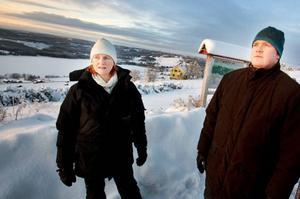 """Från Kaxbacken är det en svindlande              utsikt över Hällberget och Nordbyn med Åreskutan i bakgrunden. Om förslaget går igenom kommer 24 vindkraftverk att störa utsikten.               """"Hela landskapsbilden kommer att förändras"""", konstaterar Inger Skyttmark. På bilden även Pär-Anders Andersson.Foto: Håkan Luthman"""