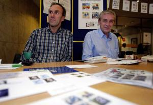 Lars Håkan Jonasson ordförande i klubben och Erik Martinsson medlem i styrelsen hade fullt upp med att stämpla minnesstämplar under frimärkets dag.