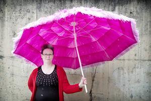 Ingrid Mårtensson säger att hon varit feminist sedan hon var liten, men då visste hon inte att det hette så. Hon gick med i FI när det bildades, aktiverade sig för ungefär ett år sedan och blev nyligen invald i den nationella styrelsen som vice kassör.