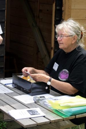 Inger Rondahl säljer biljetter och hälsar besökarna välkomna.