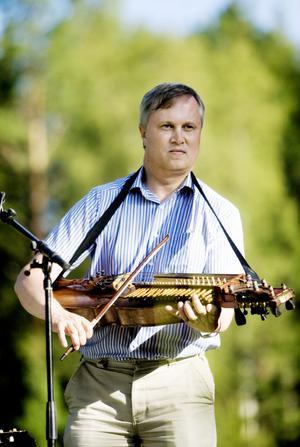 Med sin nystämda nyckelharpa bjöd Sverker Åkered på bland annat brudmarsch och polka.