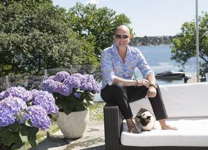 I sitt sommarparadis i Stockholms skärgård odlar Micael Bindefeld både grönsaker och blommor, som sedan kan bli rekvisita när han skapar vackra dukningar.