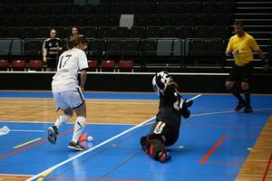 Karin Segerholm dribblar sig fram och ska precis skjuta 2–0-målet för sitt Frösön.