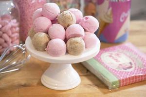 Ljuvligt fluffiga hemgjorda marshmallows med smak av lakrits och jordgubb.Foto: Leif R Jansson/TT