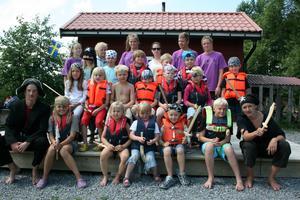 Veckans sommarpirater i Borgåsund har piratdag. Här har de just gått av piratbåten och laddar för skattjakt.