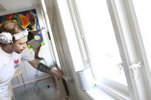 Pierre Norén, närmast, och Rikard Nordqvist målar fönsterfoder på Norra skolan.