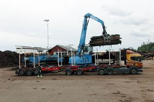 En av Göranssons lastbilar lossar virke vid sågen i Vislanda.