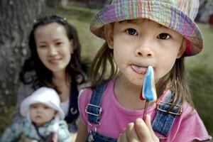 Lynn Chen Jonsson, 38 år, med barnen Isabella, fem månader, samt Cecilia, snart 4år, Örebro.–Allt! Vädret, naturen, blommorna... Jag är ursprungligen från Kina, och älskar verkligen den svenska sommaren. Men snart flyttar hela familjen till Kina för ett tag eftersom vi vill att barnen ska lära sig kinesiska ordentligt.