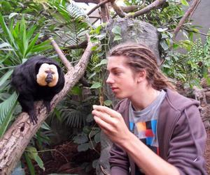 APKUL PÅ JOBBET. Sakiapan från Sydamerika tillhör Joel Westins favoriter. I vår går han ut naturbruksgymnasiet med inriktning djurpark i Ljusdal. Drömmen efter det är ett jobb i Furuvik.  Foto: Privat