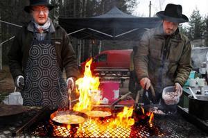 Carl-Lennart Holmgren och Nils Persson fick steka kolbullar för glatta livet för att klara av den långa kön vid lunchtid.