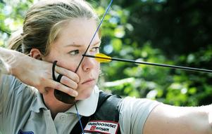 Edsbyns ess Lina Björklund är en mångsidig bågskytt som tävlar på högsta nivå både nationellt och internationellt.