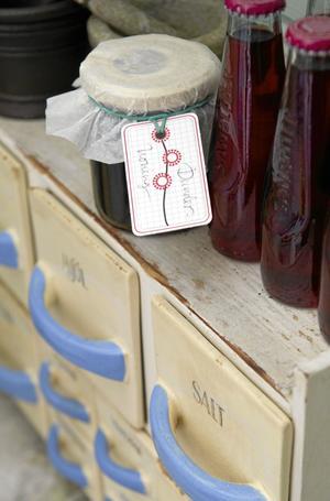 Gamla förvaringslådor för mjöl och salt passar utmärkt i ett gammaldags skafferi.
