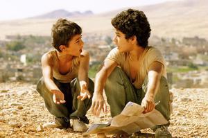 Två föräldralösa bröder försöker ta sig till Amerika från Kurdistan i